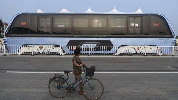 Çin'de kullanımına başlanan dev otobüsün altından arabalar geçiyor ve üstelik bu otobüs elektirikle çalışıyor..